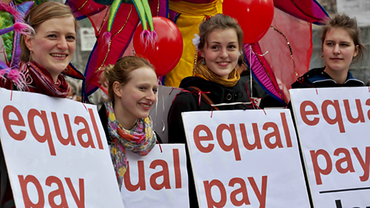Vier junge Frauen fordern gleichen Geld
