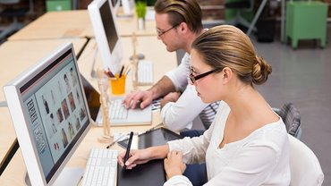 Digitalisierung Frau Mann Bildschirm