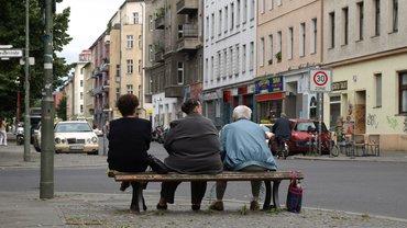 Ältere Menschen auf einer Bank