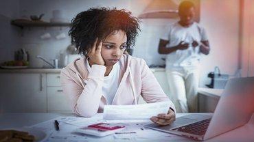 Junge Frau POC Stress Existenz Angst Sorge Geldnot